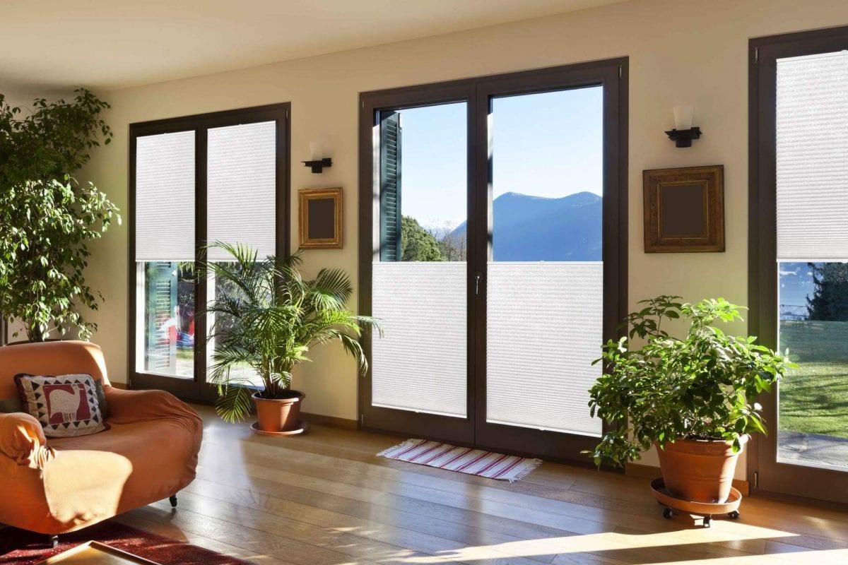 Piękny salon z roletami plisowanymi